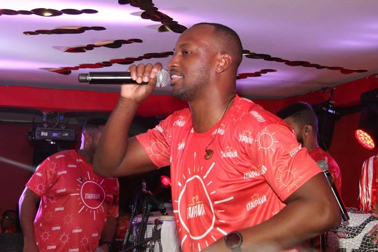 Thiaguinho e Harmonia do Samba encerram programação musical do Camarote Itaipava no sábado das campeãs