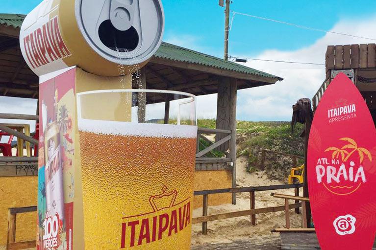 Itaipava instala chuveiro em forma de lata e copo de cerveja em Florianópolis e São Vicente